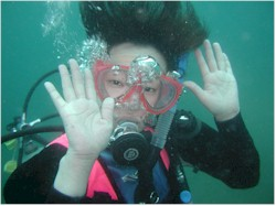 少人数で浅い海で体験ダイビング記念撮影